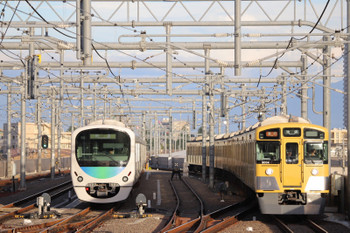 2018年8月25日、石神井公園、出番を待つ38110F(左)と9104Fの2102レ。