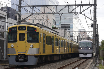 2018年9月7日12時18分ころ、高田馬場~下落合、2515Fほかの5135レ(左)と10101Fの120レ。