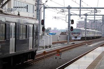 2018年9月13日、石神井公園、3番ホームに停車中の2512レ(左手前)と、追い抜いた12レ。