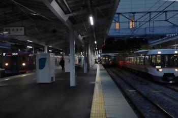 2018年11月12日 16時45分ころ、長野、左から、発車したしなの鉄道の115系、到着したJR東日本のE121系、JR東海の特急「しなの号」。