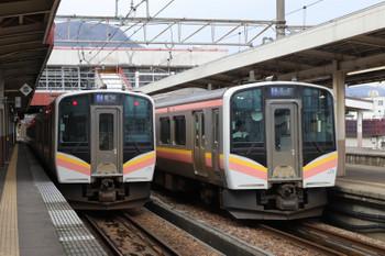 2018年11月12日 12時14分ころ、越後湯沢、発車した水上ゆき(右)と並ぶ長岡ゆきのE129系。