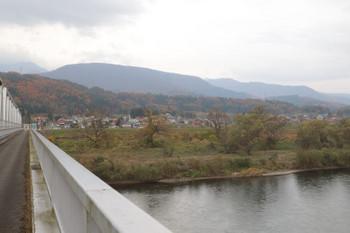 2018年11月12日、戸狩野沢温泉駅近くの千曲川にかかる橋から対岸を見たところ。