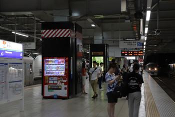 2018年9月8日 18時59分ころ、所沢、4番ホームから引き上げ線へ入る38109F(左)と5番ホームへ到着する10103Fの31レ(右奥)。