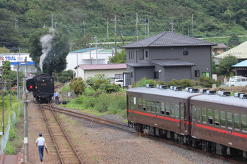 2018年9月2日 13時31分、茂木、手前のホームの横を通って下館方の本線へ行ったC11-325。