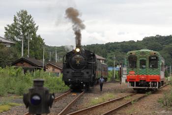 2018年9月2日 14時5分、茂木、客車の下館方へ連結されたC11-325(左)と到着する下り列車。