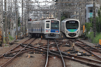 2018年9月23日 16時5分ころ、西所沢、発車した6154Fの7054レ(左)と引き上げ線で待機の38104F。