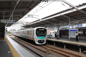 2018年9月24日 12時59分ころ、小平、4番ホームで発車待ちの122レ(右)と3番ホームへ到着する30106Fの2328レ。