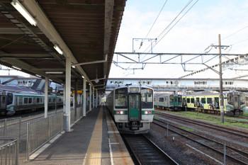 2018年7月27日 6時10分ころ、福島、標準軌の奥羽本線719系5000番台の左右に狭軌のE701系・E721系が佇んでいました。