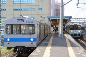 2018年7月27日 7時26分ころ、福島、福島交通の飯坂ゆき(左)と阿武隈急行の富野ゆき。