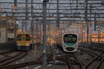 2018年9月29日、石神井公園、2063Fの5203レ(左)。いつもは新宿線の38102Fが6番線で待機中。