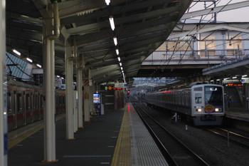 2018年10月2日 5時35分ころ、清瀬、到着する6154Fの上り回送列車と4番ホームで朝寝に入る東急5176F。