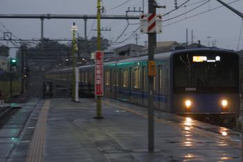 2018年10月12日、元加治、20103Fの2104レが雨の中を到着。