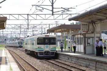 2018年7月27日 12時26分ころ、槻木、阿武隈急行の丸森ゆき(手前)と、到着するJR東日本の仙台方面ゆき。