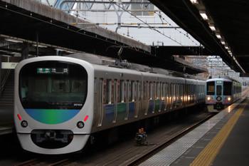 2018年10月13日、武蔵藤沢、30103Fの4118レと4009Fの下り列車。