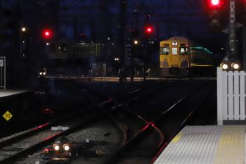 2018年10月13日 5時30分ころ、所沢、2番線を通過した2033Fの上り回送列車(右奥)といつもと10連・8連の留置位置が逆な電留線。