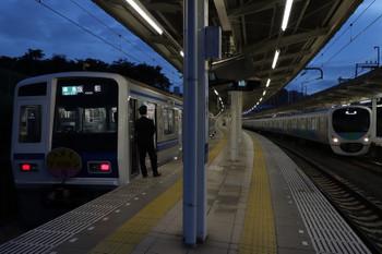 2018年10月14日、入間市、1717レに抜かれずに発車する6154F(ケツメイシ)の4149レ。右は38104Fの上り回送列車。