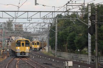 2018年10月17日、小平、どちらもN2000系の2804レ(右)と5304レが並んで到着。きれいに並ぶシーンは少なかったです。