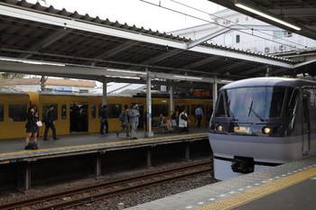 2018年10月17日 7時47分ころ、小平、10108Fの下り回送列車(手前)と混んでる2616レ。