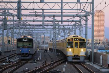 2018年10月21日、石神井公園、6番線で待機中の20153F(左)と9102Fの2102レ。