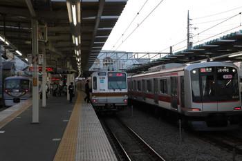2018年10月27日、保谷、06S運用の並び。右は東急5157Fが代走の6668レ。中央は6665レで到着したメトロ7015F。メトロ7015Fはこれから西所沢駅に回送されて01S運用に入ったはず。左端は10103Fの23レ。