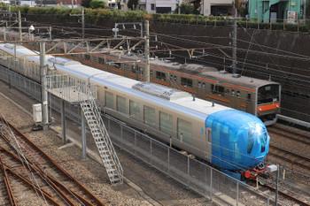 2018年10月28日 9時24分ころ、新秋津、到着した西武の新型特急車の第1編成と武蔵野線の205系。