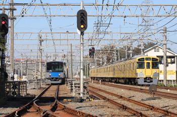 2018年11月10日 10時41分ころ、南入曽車両基地、イベント会場から新所沢駅へ向かう臨時列車(左・20155F)と新宿線の上り各停(2065Fの5606レ)。