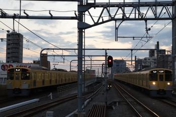2018年11月11日、練馬、2069Fの上り回送列車(左)と2073Fの5205レ。