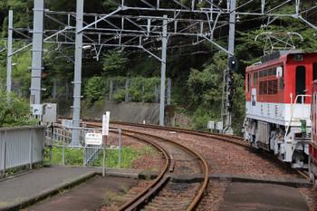 2018年9月9日 10時7分ころ、長島ダム、閑蔵ゆき列車の車内から。補機のED901は解結され、千頭方へ。出発信号機が進行現示なので入換ではなくてアプトいちしろ駅へ戻ったようです。すぐに上り列車はありません。