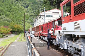 2018年9月9日 11時26分ころ、アプトいちしろ、女性職員が電気機関車との連結を解除する操作をしてました。