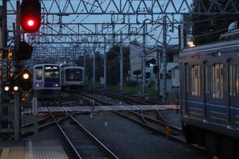 2018年11月17日、清瀬、左から6110Fの6501レ・引き上げ線で寝ている東急5161F・発車時刻20分前の6104F・6702レ。