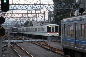 2018年11月17日 6時37分ころ、清瀬、左から東急5161F、4000系4+4連の上り回送、発車を待つ6104Fの6702レ。