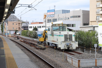2018年11月18日、東長崎、モーターカーとユンボが1台ずついた保守用車側線。