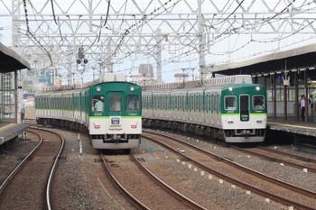 2018年10月5日 8時33分、西三荘、2400系の区間急行と5000系の通勤準急のすれ違い。大きな冷房装置は京阪の特徴でしたが今は少数派。