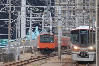 2018年10月5日 10時35分ころ、京橋、外回り・京橋止まりの201系と内回りの323系。