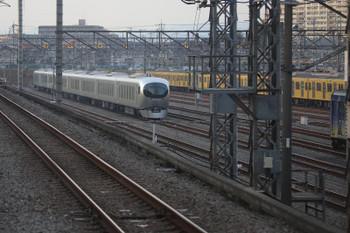 2018年11月25日、小手指車両基地、小手指~狭山ヶ丘駅間を走行中の下り列車の車内から留置中の001系。