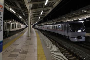 2018年12月4日 0時32分ころ、入間市、4番ホームを通過する10102Fの上り回送列車。