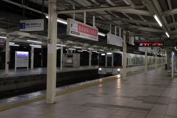 2018年12月4日 0時55分ころ、入間市、3番ホームを通過する4005F+4015Fの下り回送列車。