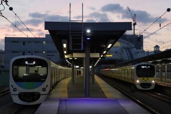 2018年12月1日、東長崎、4番ホームで折り返し待ちの38104Fの回送列車(左)と38105Fの5701レ。