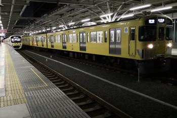2018年12月1日、石神井公園、発車が遅れた2085Fの5203レと38105Fの5204レ。