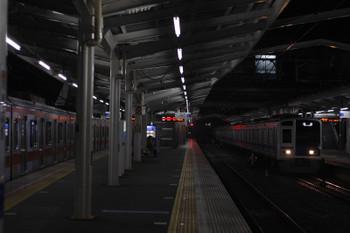 2018年12月7日 5時36分ころ、清瀬、2番ホームへ到着する6104Fの上り回送列車と東急4105F(左)。