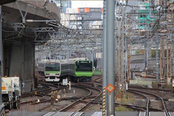 2018年12月8日、東京、JR山手線。神田駅方でE231系とE235系がすれ違い。よく見ると、合成写真みたいかもしれません。