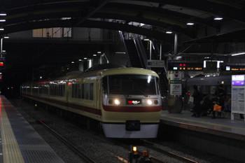2018年12月7日 23時4分ころ、ひばりヶ丘、4番ホームに停車する10109Fの上り回送列車と、追い抜く10105Fの58レ。