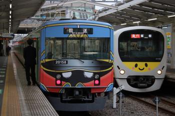 2018年12月8日 15時40分ころ、清瀬、2番ホームで発車を待つ20158Fの上り回送列車(左)と3番ホームを通過する38105F(ぐでたま)の2143レ。