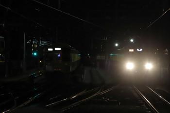 2018年12月8日、石神井公園、6番線で待機する2063F(左)と2091F+2461Fの2102レ。
