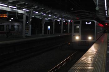 2018年12月4日 5時36分ころ、清瀬、2番ホームへ到着する6113Fの上り回送列車。右手の4番ホームには電源オフの東急5162F。