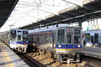 2018年10月5日 16時33分ころ、堺、左から8000系・9000系・2000系。右端の2000系は高野線・山岳区間用の17m・2ドア車を転用した車両です。