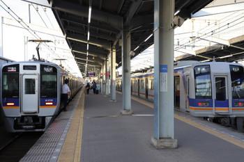 2018年10月5日 17時0分、堺、8300系が最後尾の空港急行(左)と1000系の普通。