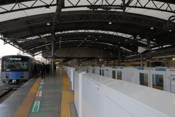 2018年12月22日、池袋、7番ホームに移された20151Fの5607レ(左)と待機する10105Fの臨時列車(右端)。