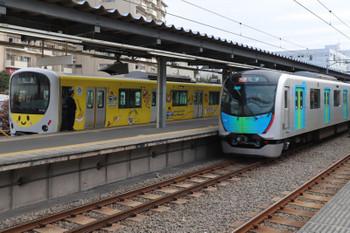 2018年12月23日 9時26分、東長崎、40103Fの2120レに追い抜かれる4番ホームの38105F 上り回送列車。