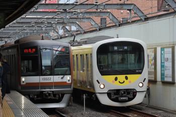 2018年12月23日、練馬、メトロ10022Fの6507レと8105Fの下り臨時列車。この後は6507レがぐでたまをブロック。